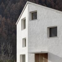 Il monolite bianco a Campo Tures di Pedevilla Architects è il progetto italiano finalista al Wienerberger Brick Award