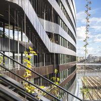 """A Parigi l'edificio «tellurico» a sbalzo sui binari si """"veste"""" di moduli di terracotta ispirati all'arte di Soulages"""