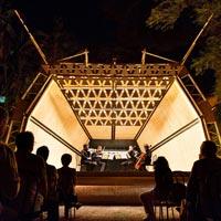 Architettura temporanea per lo spettacolo: una camera acustica per il festival Villa Pennisi in Musica